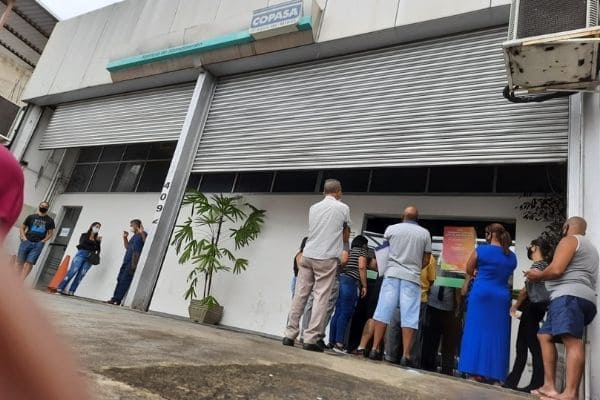 Clientes reclamam de contas altas e falta de atendimento da Copasa