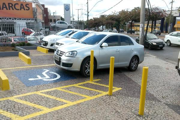 Motorista sem deficiência estaciona irregularmente