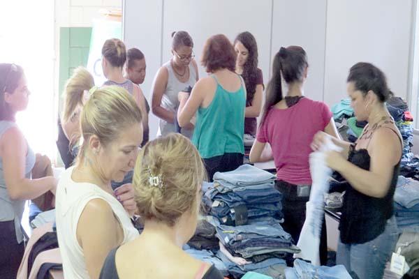 Cais promove bazar de calças e shorts jeans para arrecadar recursos, em Contagem