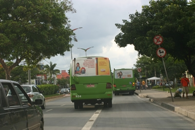Micro-ônibus trafegam em alta velocidade em Contagem