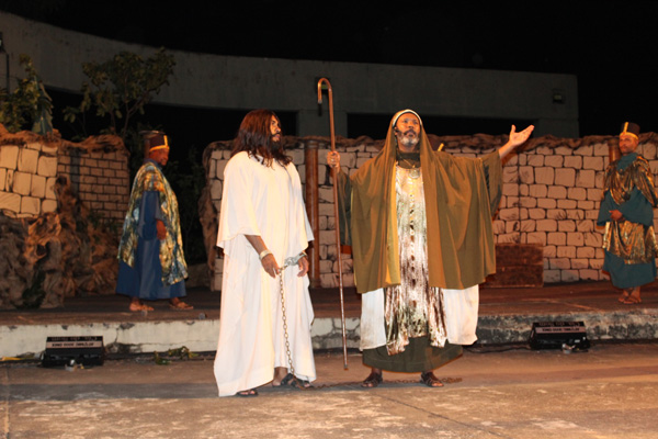 Fiéis lotam 36ª encenação da Paixão de Cristo da Igreja São Gonçalo