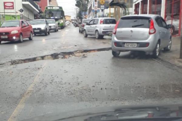 Obra inacabada dificulta o trânsito no bairro Amazonas