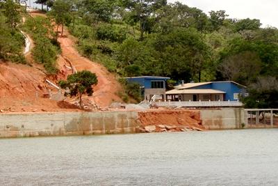 Construções irregulares avançam na Várzea das Flores.
