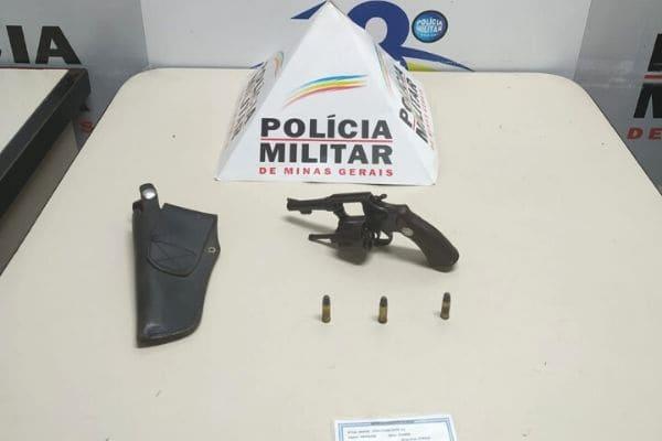 PM apreende arma e munições no bairro Jardim Balneário