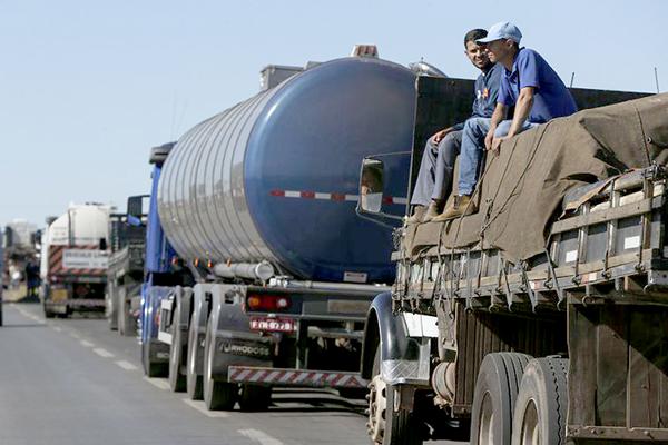 Caminhoneiros entram no segundo dia de bloqueio nas estradas