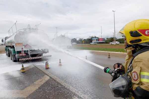 Simulação de acidente interdita pista marginal da BR-040, em Contagem