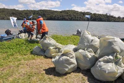 Voluntários recolhem lixo na represa Vargem das Flores