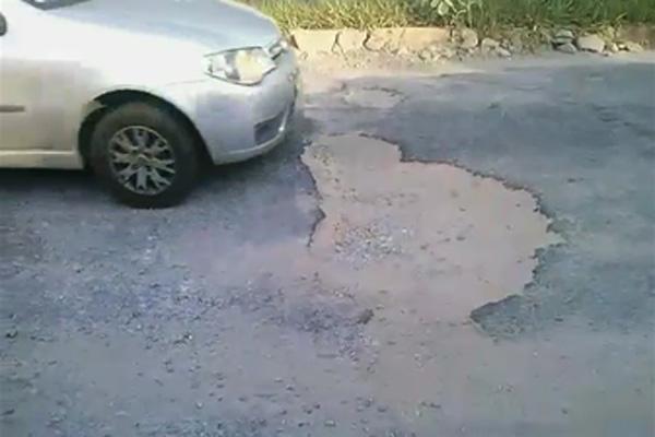Moradores reclamam do excesso de buracos em rua do bairro Praia