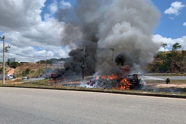Caminhão pega fogo às margens da BR-040