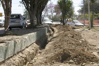Obras não avançam e população reclama