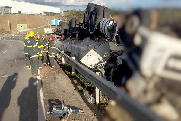 Motorista morre em capotamento de bitrem na BR-262