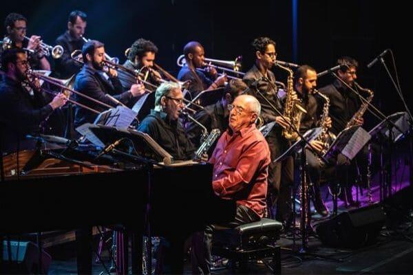 Orquestra Nelson Ayres Big Band faz apresentação gratuita na praça da Glória