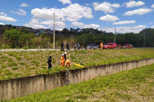 Queda de veículo em canal deixa um ferido no Jardim Laguna