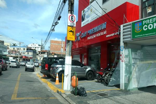 Em Contagem, estacionar no passeio pode