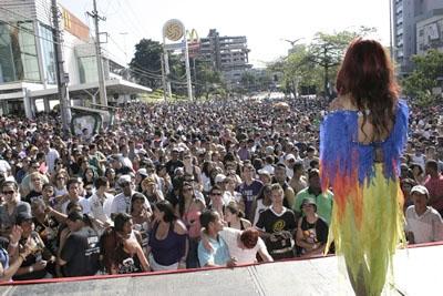 Parada do Orgulho LGBT de Contagem atrai milhares de simpatizantes