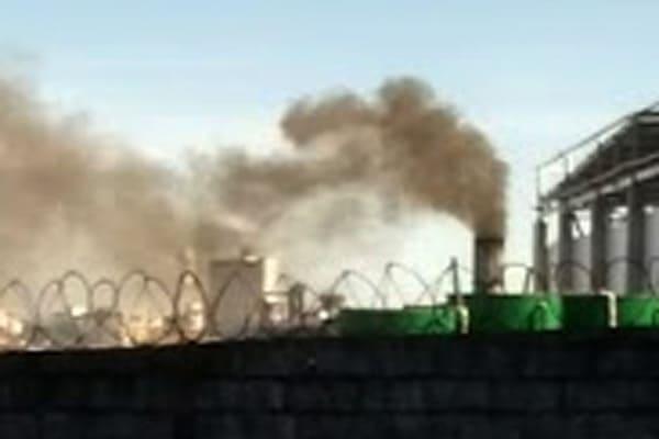 Emissão de fumaça tóxica em região populosa
