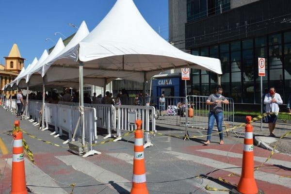 Tendas são montadas em frente a agências da Caixa em Contagem