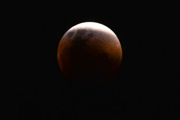 Maior eclipse total da Lua do século 21 ocorre na sexta-feira