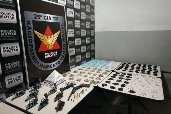 PM apreende carregamento de armas e drogas em Contagem