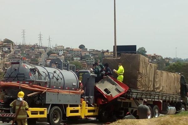 Colisão entre caminhão e carreta no Anel Rodoviário deixa dois feridos