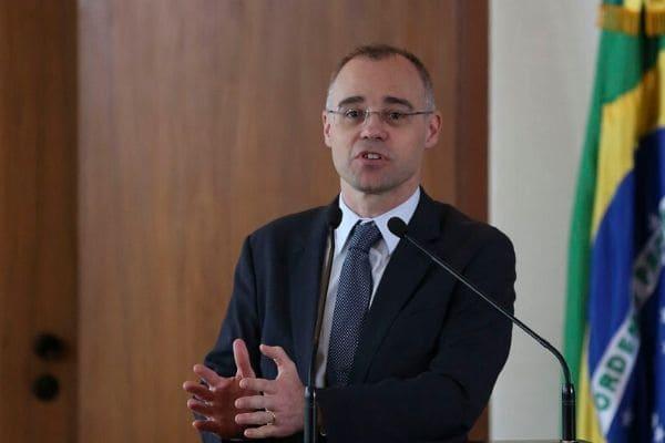 André Mendonça é nomeado para a Justiça e Ramagem, para a PF