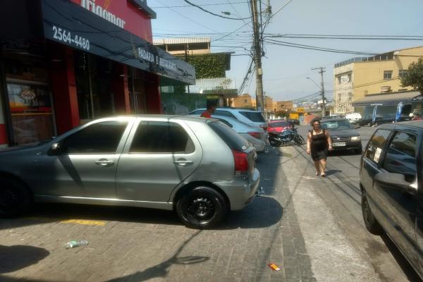 Carros e motos continuam estacionando nos passeios públicos