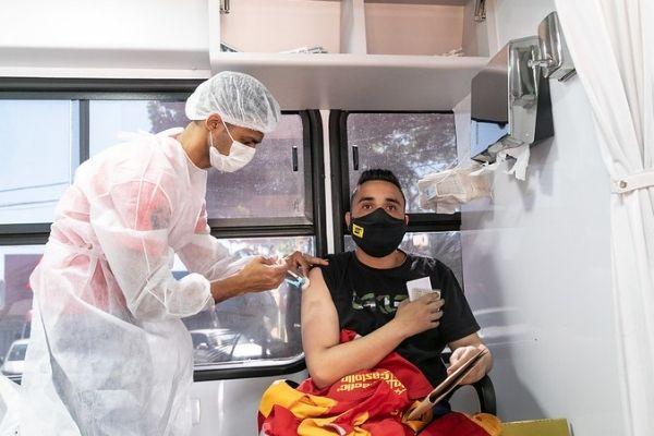 Industriários são vacinados contra covid-19 em Contagem