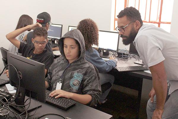 Projeto oferece curso gratuito de programação e criação de apps
