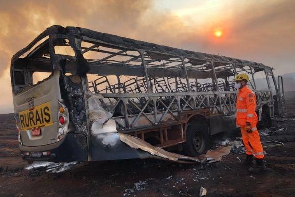 Incêndio em canavial próximo a Ituiutaba atinge ônibus e deixa um morto