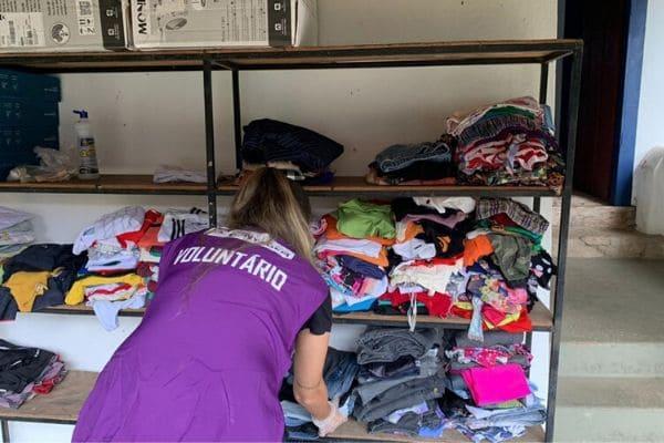 Voluntários farão triagem de roupas doadas a vítimas da chuva
