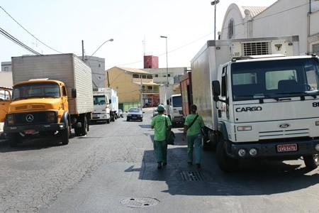 Pedestres reclamam de caminhões no passeio