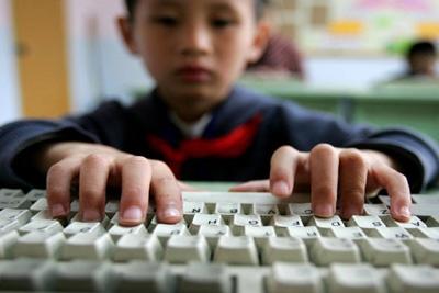 Computador e videogame em excesso antecipam miopia em crianças, afirma especialista