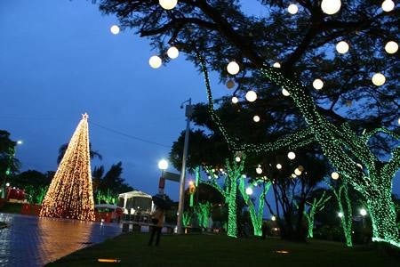 Iluminação decorativa de Natal começa a funcionar em Contagem