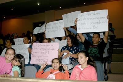 Pais de alunos contestam contra desativação de escola.