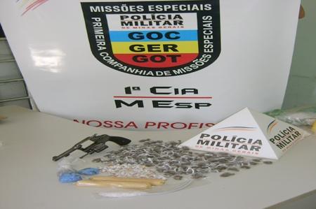 PM apreende bananas de dinamite, drogas e arma no bairro São Caetano