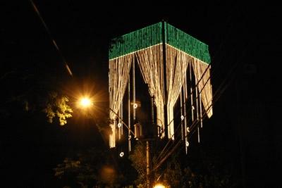 Iluminação de final de ano, luzes que atraiu famílias inteiras.