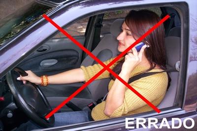 Telefonar dirigindo é permitido, mas somente com o equipamento adequado.