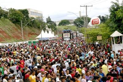 Banda Mole de Contagem atrai milhares de foliões.