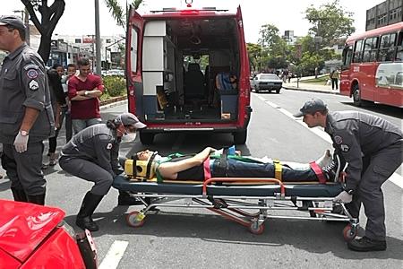 Pedestre atravessa fora da faixa e quase morre atropelado