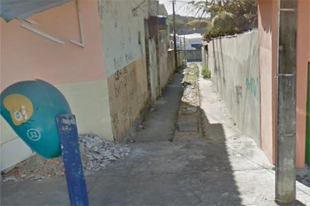 Morador reclama da não pavimentação dos becos de Contagem