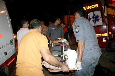 Senhor de 82 anos é atropelado na subida perto de uma rotatória.