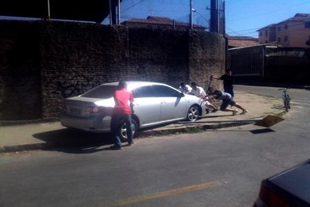 Motorista descontrolado sobe no passeio
