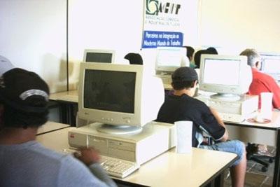 Câmara de Dirigentes Lojistas abre vagas para cursos de informática.
