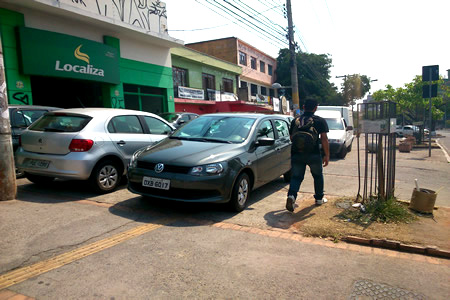 Passeio p�blico virou estacionamento em Contagem