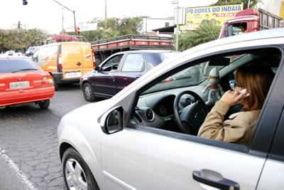 Motoristas insistem em telefonar e dirigir ao mesmo tempo.