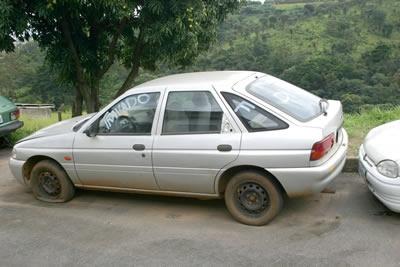 Automóveis apodrecem nos pátios credenciados pelo Detran.
