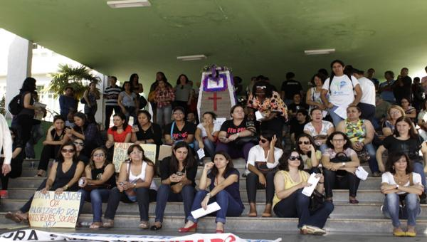 Servidores públicos protestam na prefeitura