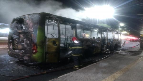 Ônibus é incendiado na avenida João César de Oliveira