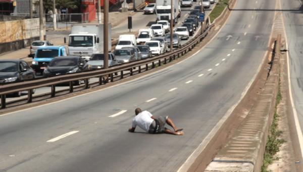 Homem em surto assusta motoristas  em Contagem