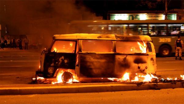 Kombi pega fogo na avenida João César de Oliveira